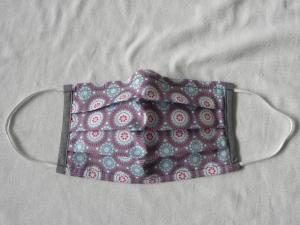Stoffmaske, Mund-Nasen-Schutz mit Falten, für Frauen Größe M, dezenter Lavendelton mit Muster rund in weiß, türkis, purpur