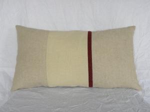 Kleines Kissen ☆ länglich ☆ Nackenkissen aus Wolle/Leinen ☆ beige mit Borte weinrot - Handarbeit kaufen