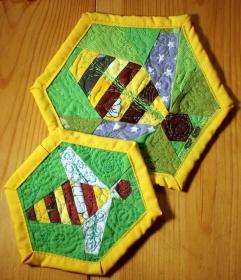 Bienenuntersetzer_2_Stück_Patchwork_ca.20_und_15cm - Handarbeit kaufen