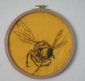 Gestickte_Biene_im_Stickrahmen_ca. 23cm_Durchmesser_braun_auf_gelb_Baumwolle - Handarbeit kaufen