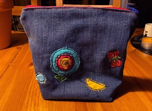 Reißverschlusstasche_18x16x7cm_Jeans_Upcycling_mit_Doodle-Motiven - Handarbeit kaufen