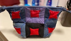 Reißverschlusstasche_27x17x10cm_Jeans_Upcycling_mit_rotem_Taft - Handarbeit kaufen