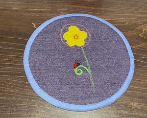 Frühlingshafter_Untersetzer_16cm_bestickt_mit_Doodle-Motiv_Blume - Handarbeit kaufen