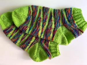 Handgestrickte Kurz-Socke_Größe 38-39_mit kurzem Schaft_gelbgrün-Bunt in Wellen_Sockenwolle
