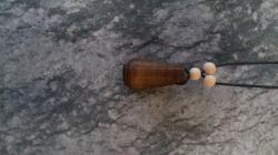 Selbstgedrechselter Holzanhänger mit Lederband