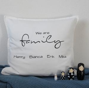 personalisierte, weiße Kissenhülle/ Kissenbezug We are family, Geschenk zur Geburt, Einzug 50 x 50 cm