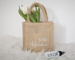 Jutetasche, Geschenktasche mit Aufschrift Alltagsheldin, nachhaltige Geschenkverpackung - Handarbeit kaufen