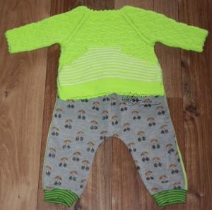 Babyset- selbst gestrickter Pullover, neonfarbig + selbst genähte Jerseyhose mit anthrazit glänzenden Kirschen in Größe 62-68