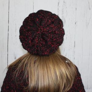 Handgestrickte Wollmütze Schwarz mit roten Flocken