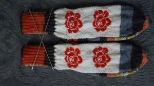 Bunte Socken mit Einstrickmuster Rote Rosen, Gr.38/39, handgestrickt mit der 2-Nadel-Technik aus hochwertigen Markengarnen - Handarbeit kaufen