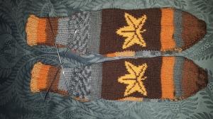 Bunte Socken mit Einstrickmuster Blatt, Gr.40/41, handgestrickt mit der 2-Nadel-Technik und hochwertigen Markengarnen - Handarbeit kaufen