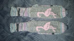 selbstentworfene Designersocken mit Einstrickmuster Flamingo, Gr. 38/39, , handgestrickt mit der 2-Nadel-Technik und hochwertigen Markengarnen  - Handarbeit kaufen