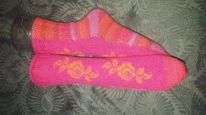 Bunte Socken, Gr. 36/37, mit Einstrickmuster Rosen, handgestrickt mit der 2-Nadel-Technik aus hochwertigen Markengarnen - Handarbeit kaufen