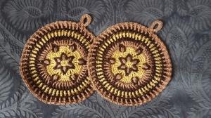 1 Paar große, runde Topflappen mit Aufhänger, gehäkelt mit der Overlay-Technik und dekorativem Muster - Handarbeit kaufen