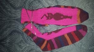 Bunte Socken mit Einstrickmuster Katze,  handgestrickt mit der 2-Nadel-Technik aus hochwertigen Markengarnen - Handarbeit kaufen