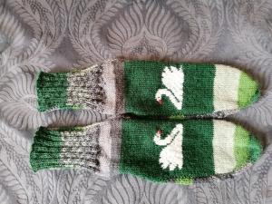 bunte Socken mit eingestricktem Schwan, Gr. 40/41, handgestrickt mit der 2- Nadel-Technik - Handarbeit kaufen