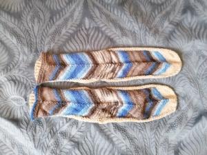 bunte Socken mit interessantem Muster, handgestrickt mit 2 verschiedenen Markengarnen - Handarbeit kaufen