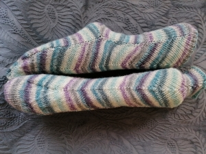1 Paar handgestrickte Socken mit interessantem Musterverlauf Gr. 38/39
