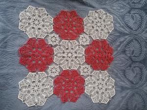 festliches, selbstgehäkeltes Deckchen ca. 45,5cm x 45,5cm, mit glitzerndem Goldfaden im Häkelgarn - Handarbeit kaufen