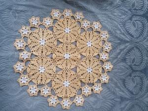 festliches, selbstgehäkeltes Deckchen in gold und silber mit glitzerndem Metallfaden im Häkelgarn