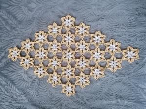 festliches, selbstgehäkeltes Deckchen in gold und silber mit feinem Glanz