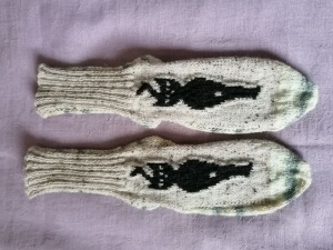 selbstentworfene Designersocken, Gr. 39/40, mit eingestrickter Katze am Oberfuß, handgestrickt mit der 2-Nadel-Technik und hochwertigen Markengarnen - Handarbeit kaufen