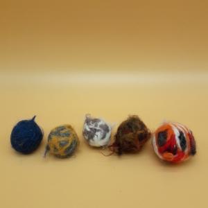 fünf gefilzte bunte Katzenbälle aus natürlicher Schafswolle - Handarbeit kaufen