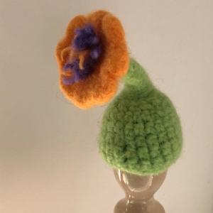 gelb grüner gefilzter Eierwärmer in Form einer Blume - Handarbeit kaufen