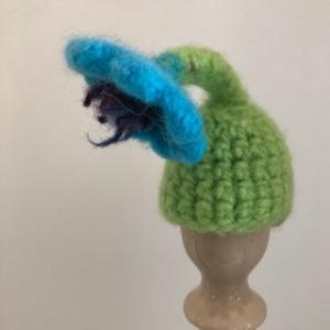 gefilzter hellblauer Eierwärmer in Form einer Blume - Handarbeit kaufen