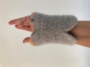 gehäkelt und gefilzte graue Armstulpen mit bunten Rand Größe M - Handarbeit kaufen