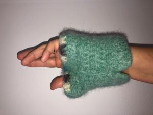 gehäkelt und gefilzte grüne Armstulpen mit bunten Rand  Größe M - Handarbeit kaufen