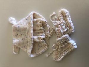 Weißes Babyset, Mütze und Babyschuhe