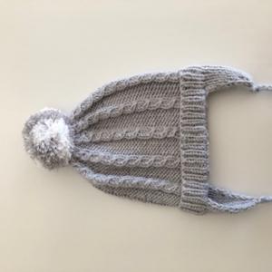 Graue Bommelmütze mit Ohrenklappen, Kopfumfang ca. 34cm - Handarbeit kaufen