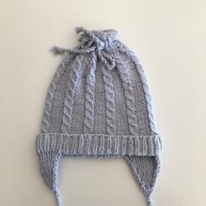 Graue Babymütze mit Ohrenklappen, Kopfumfang ca. 34cm  - Handarbeit kaufen