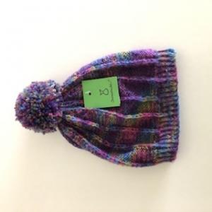Klassische violette Bommelmütze, Kopfumfang ca. 38cm    - Handarbeit kaufen