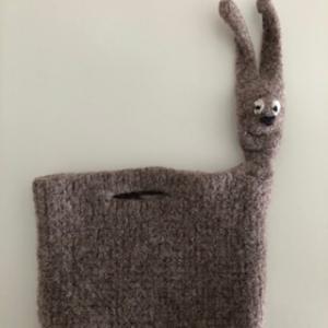 gefilzte braune Hasentasche mit gefilzten Ostergras - Handarbeit kaufen
