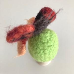 gefilzter Eierwärmer in Form eines Schmetterlings - Handarbeit kaufen