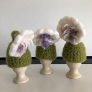 drei weiß grüne gefilzte Eierwärmer in Form einer Blume  - Handarbeit kaufen