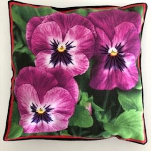 Kleines farbenfrohes Kissen mit Blumen / Stiefmütterchen - Handarbeit kaufen