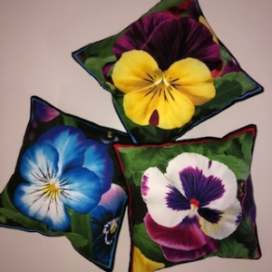 Drei kleine Kissen mit Blumen / Stiefmütterchen  - Handarbeit kaufen