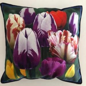 Kleines farbenfrohes Kissen mit Blumen / Tulpen - Handarbeit kaufen