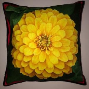 Kleines farbenfrohes Kissen mit Blumen / Zinnien  - Handarbeit kaufen