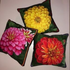 Drei kleine kunterbunte Kissen mit Blumen / Zinnien - Handarbeit kaufen