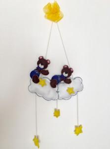 Zwei süßen Teddy Bären auf einer Wolke. Mobile.