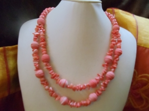 Carola langes Collier mit Korallen-Nuggets und Tonardo-Perlen - Handarbeit kaufen