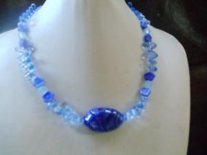 Glaskette aus unterschiedlichen Materalien und Blautönen - Handarbeit kaufen