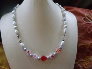 Glasperlenkette us unterschiedlichen Perlen weißgrungig/rot - Handarbeit kaufen