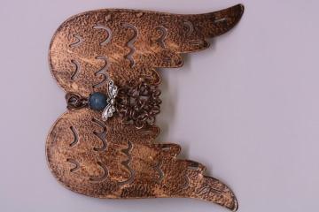 Wunderschöner Engel / Schutzengel aus Polarisperle mit Alu-Bau an einem kupfer-/rostfarbenen Engelsflügel