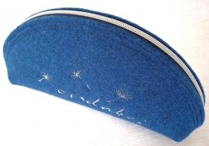 Oisdabei - Täschchen aus Wollfilz in jeansblau genäht und bestickt, Brillenetui, Stiftemäppchen (Kopie id: 100225136)
