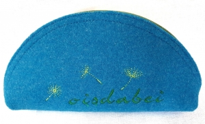 Oisdabei - Täschchen aus Wollfilz in azur genäht und bestickt, Brillenetui, Stiftemäppchen,